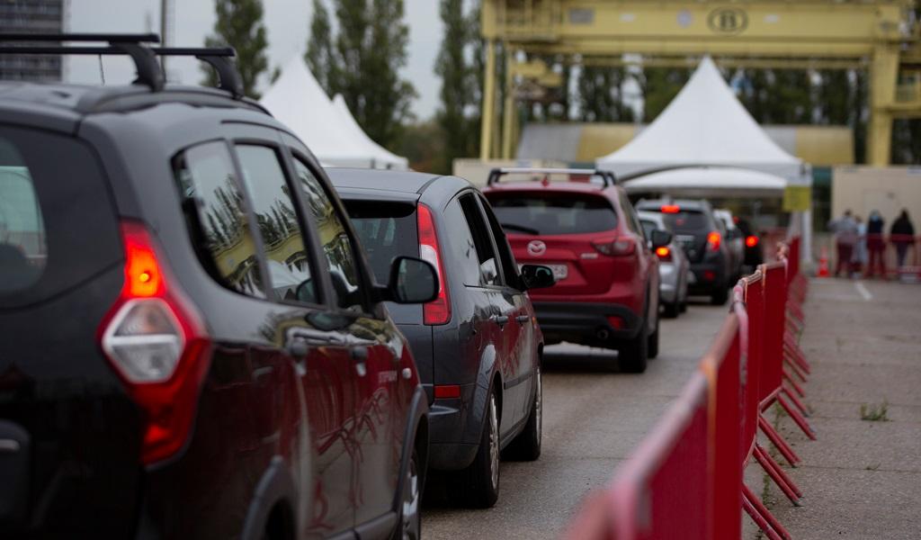 طوابير سيارات تنتظر في أنتويرب البلجيكية لإجراء فحوص الإصابة بكورونا (أ.ب)