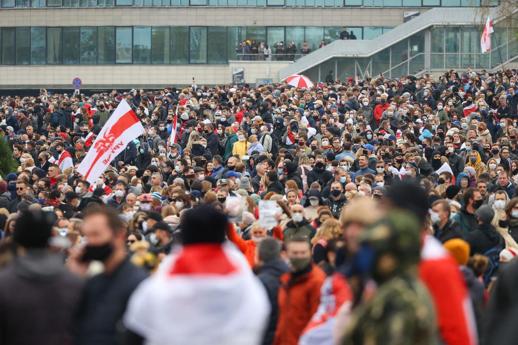 أكثر من 100 ألف شخص شاركوا في تظاهرة جالت شوارع العاصمة البيلاروسية مينسك (غيتي)