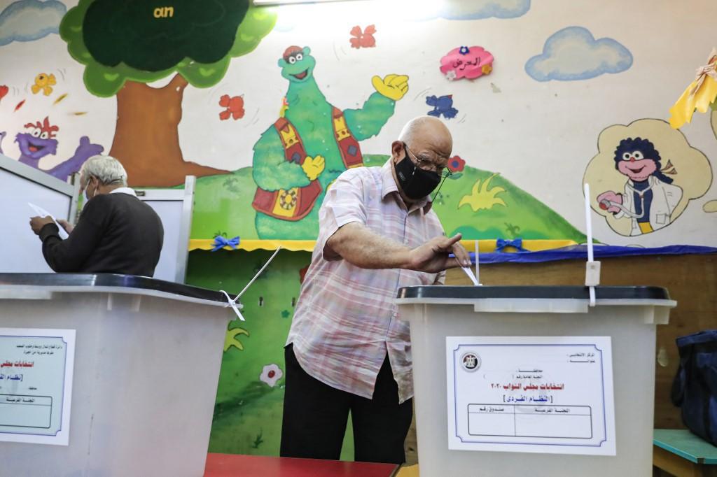 كبار السن يحرصون على الإدلاء بأصواتهم في انتخابات النواب المصري  (أ ف ب).jpg