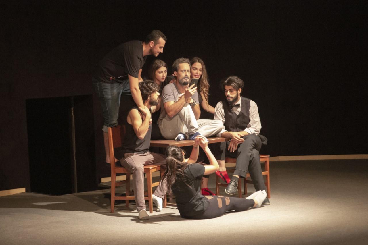 _مشهد من مسرحية الأرامل على مسرح المنارة باللاذقية.jpg