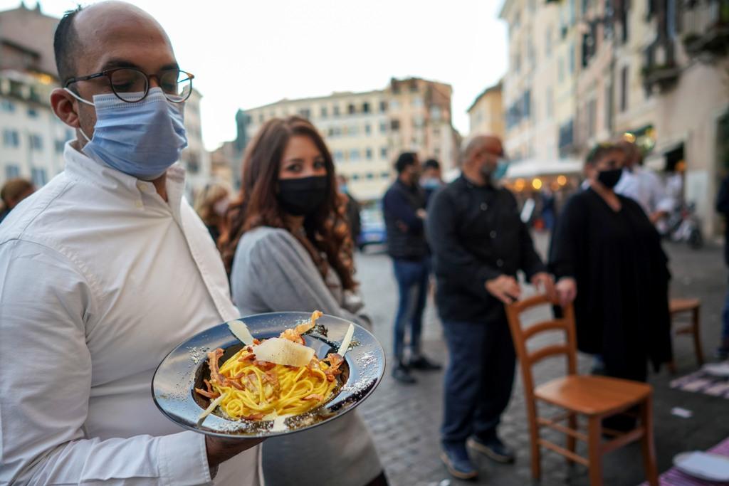 """صاحب مطعم في روما يشارك في احتجاج ضد الحكومة ويعرض طبق سباغيتي يحمل إسم """"كاربونارا"""" من وحي مسميات المافيا"""