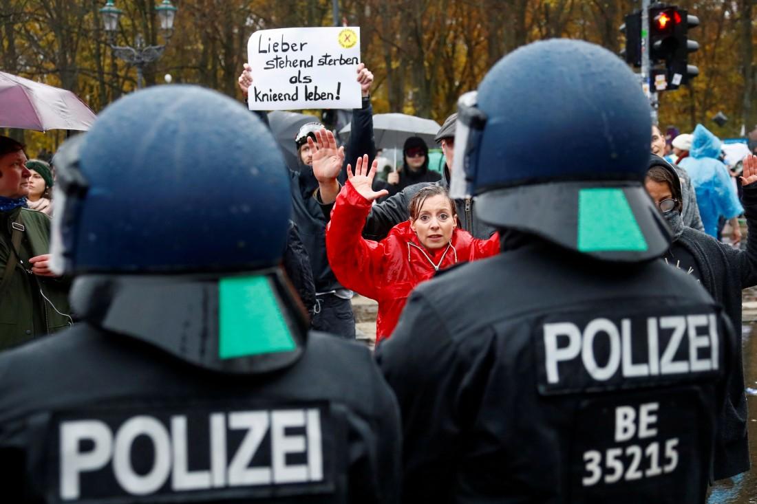 محتجون على تدابير مواجهة كورونا في برلين (رويترز)