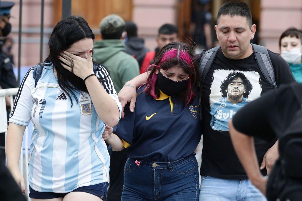 مواطنون أرجنتينيون خرجوا إلى الشوارع للتعبير عن حزنهم لرحيل مارادونا. ( أ ف ب )