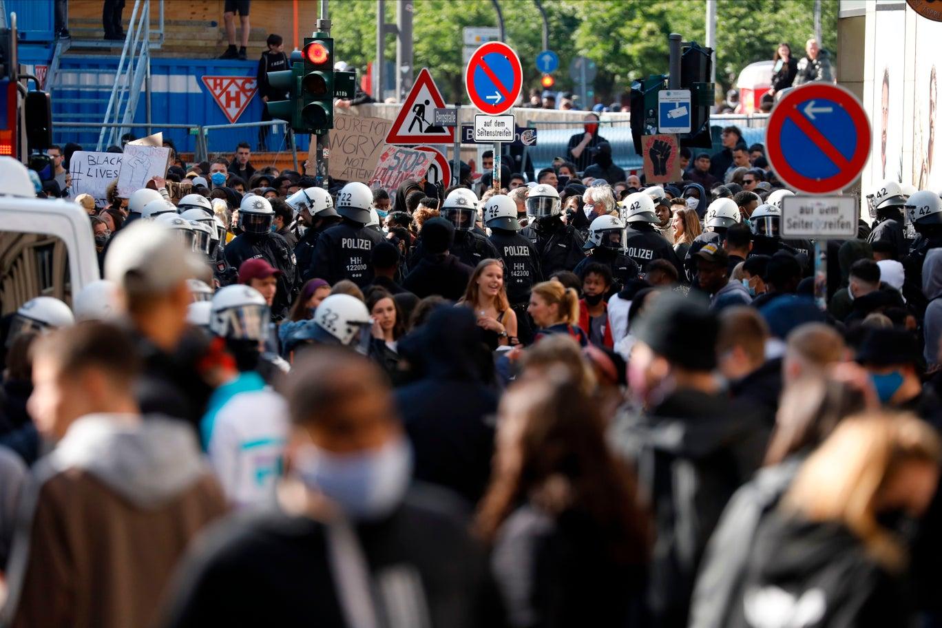 تشارك قوات الأمن الألمانية في مكافحة الحركات المعادية للمهاجرين