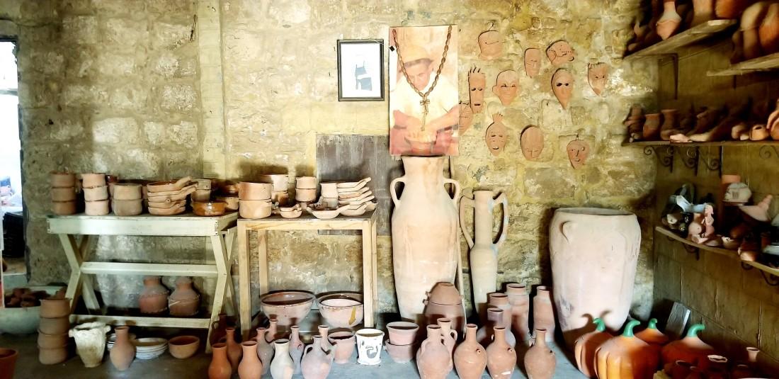 منذ 300 عام بدأت رحلة صناعة الفخار في مدينة الميناء اللبنانية (اندبندنت عربية)