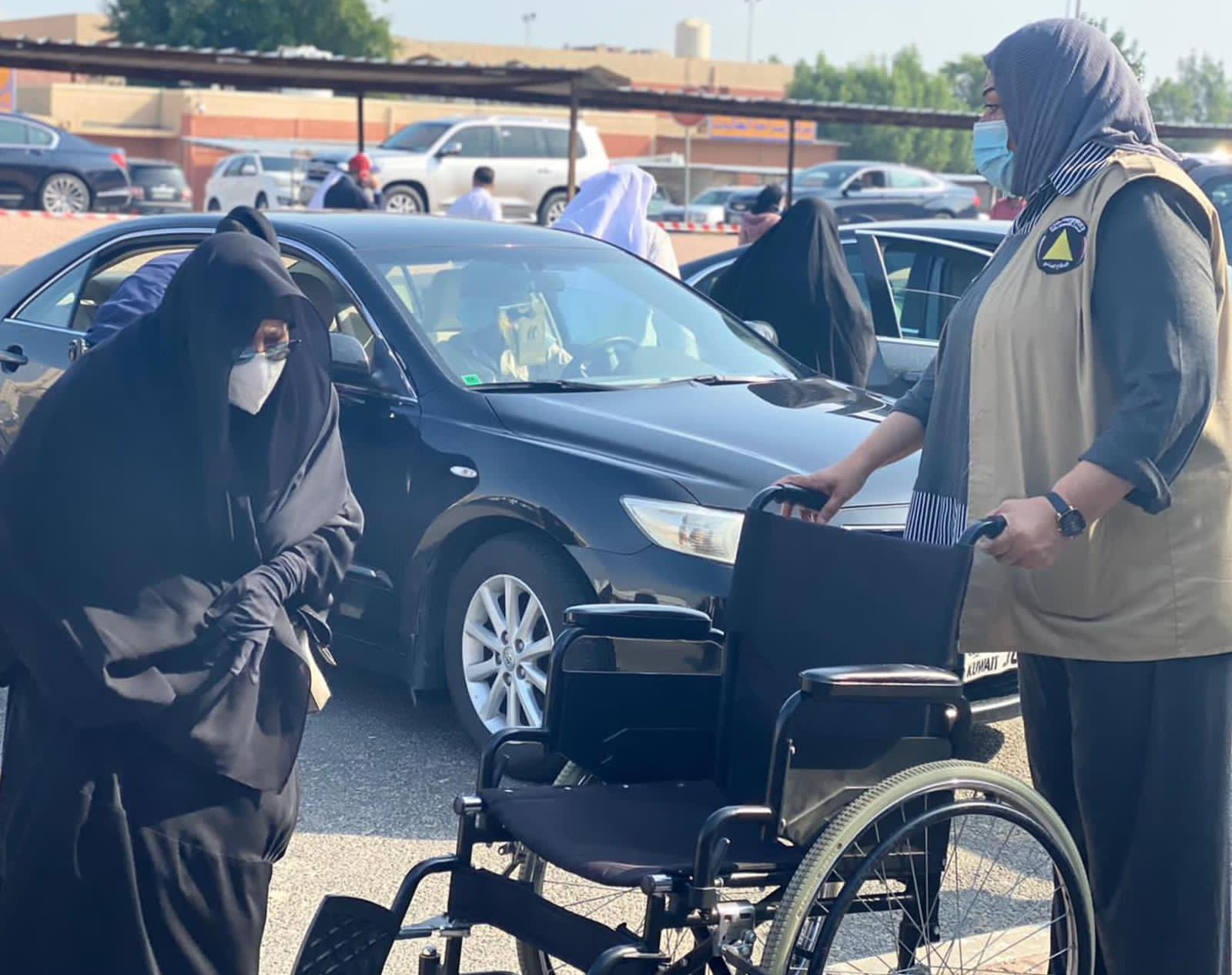 مسنة كويتية خلال قدومها للإدلاء بصوتها في انتخابات مجلس الأمة. ( وزارة الإعلام الكويتية)
