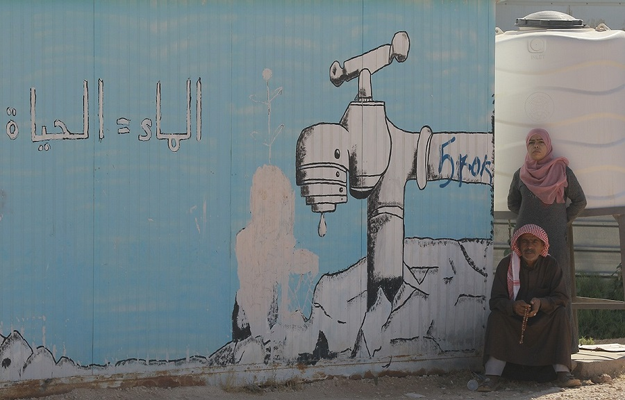 الصورة لاجئون سوريون في مخيم الزعتري بالأردن.jpg