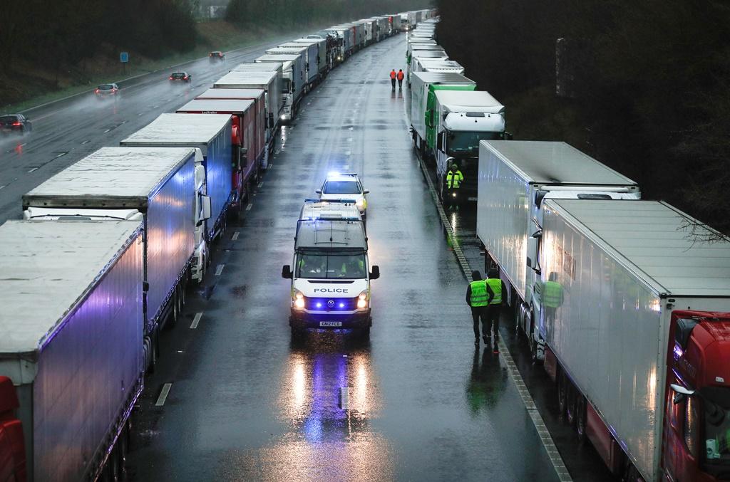 يخشى كثير من سائقي الشاحنات تلف حمولتهم من الأغذية السريعة التلف خلال انتظارهم في مرفأ دوفر البريطاني (رويترز)