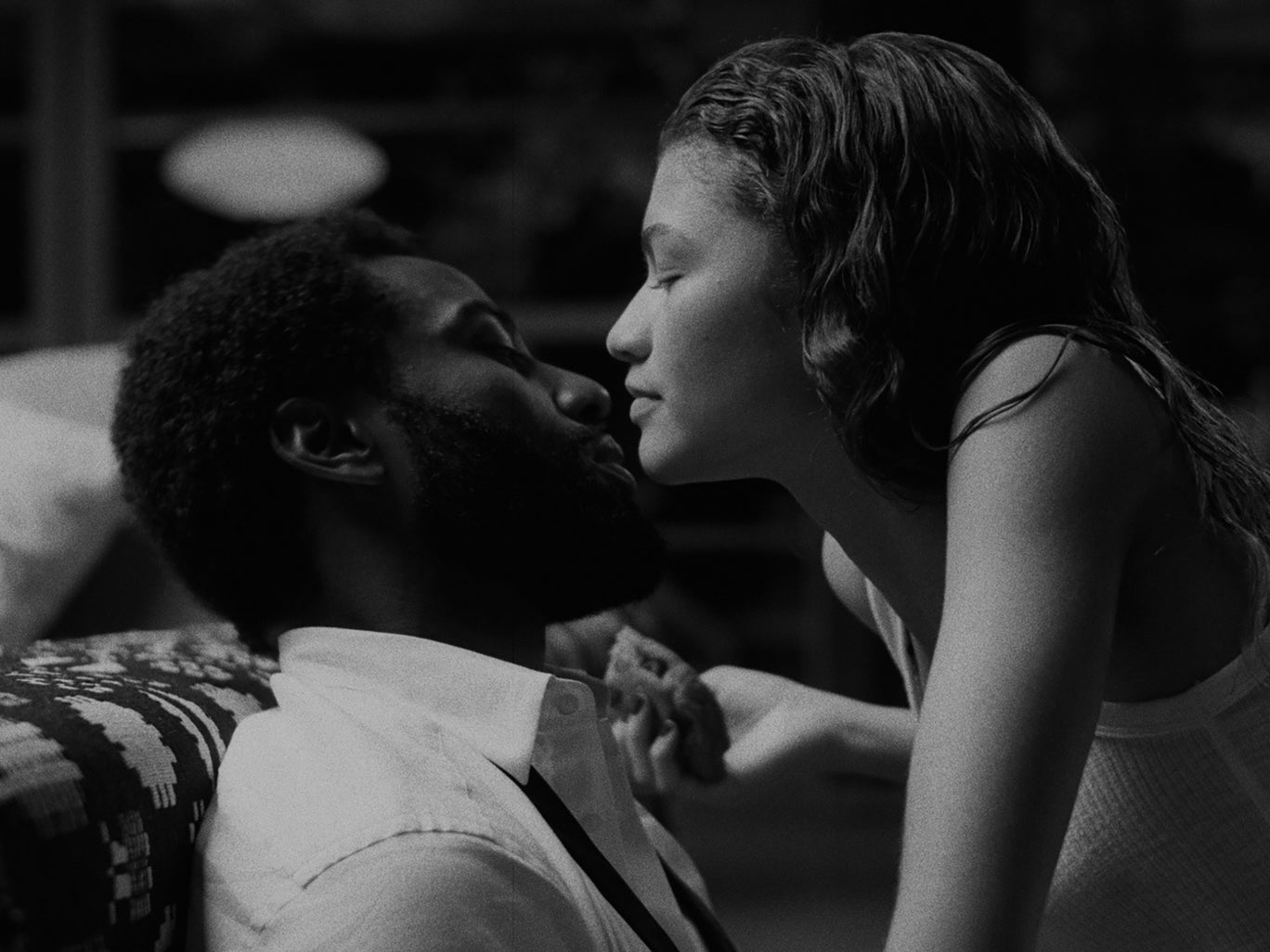 """جون دافيد واشنطن وزندايا في لقطة من فيلم """"مالكولم وماري"""" (نتفليكس)"""