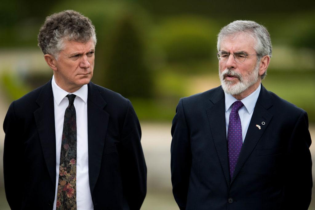 صورة أرشيفية تجمع الدبلوماسي البريطاني جوناثان باول إلى جانب الزعيم الإيرلندي الشمالي جيري آدمز (غيتي)