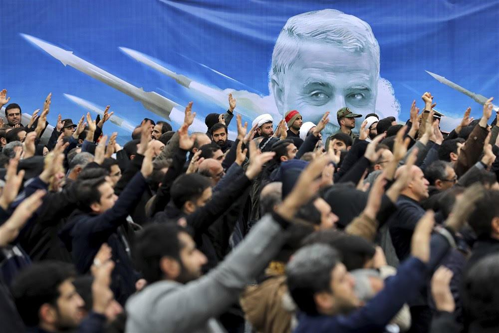 مظاهرة في طهران احتجاجا على الضربة الأميركية التي استهدفت قائد فيلق القدس الإيراني قاسم سليماني. (أ.ب)