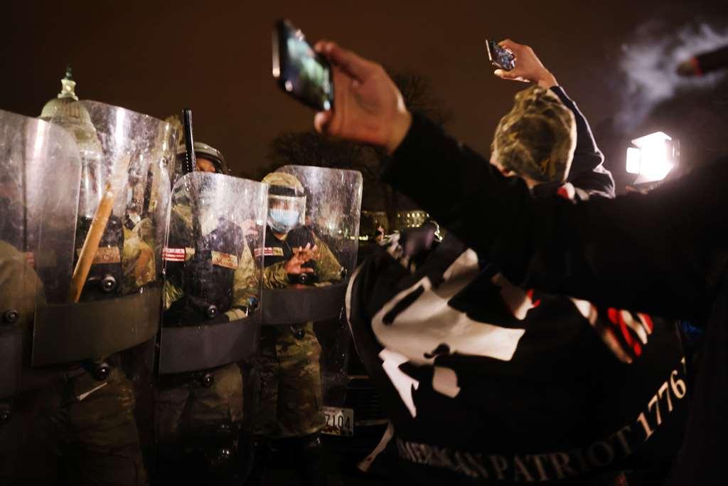 شرطة مكافحة الشغب استعادت السيطرة على مقر الكونغرس بعد ساعات على اقتحامه من قبل أنصار ترمب(أ ف ب)