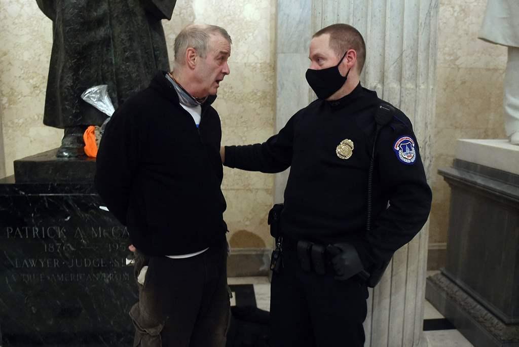 اعتقال أحد المحتجين على انتخاب بايدن داخل مبنى الكونغرس الأميركي (أ ف ب)