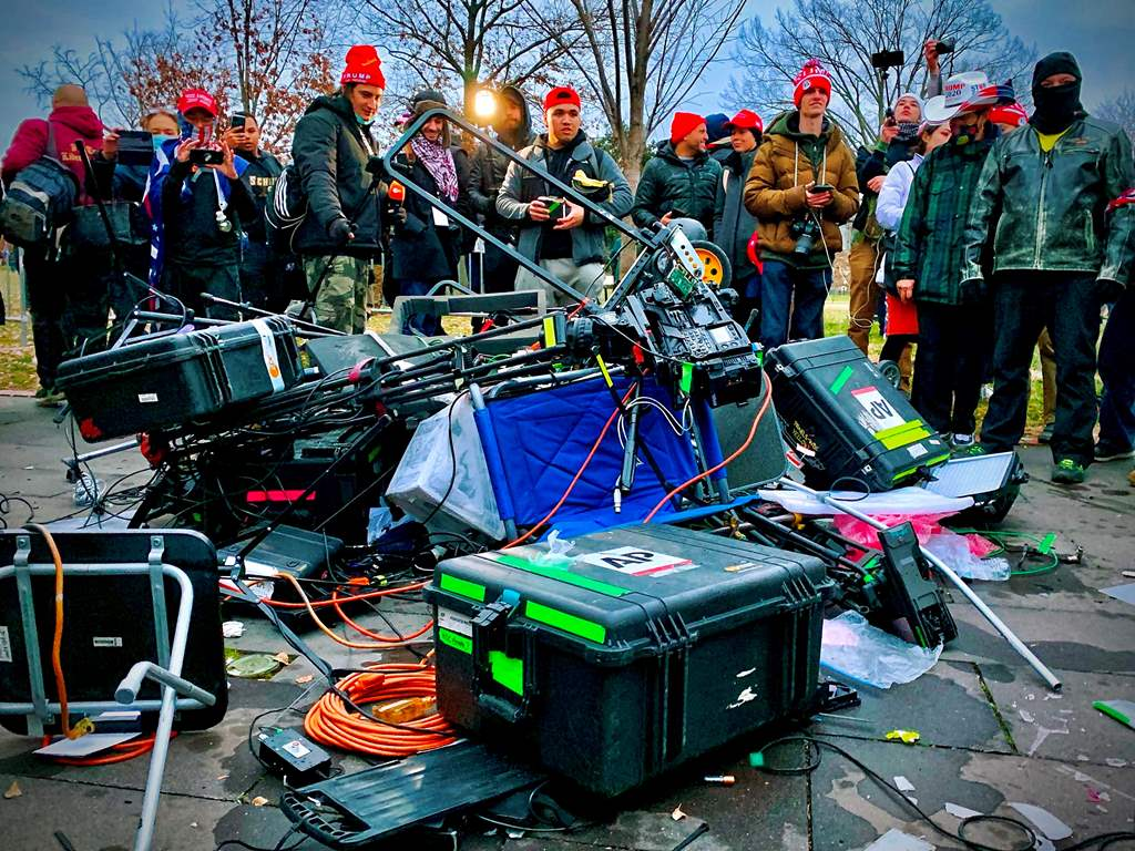 الإعلام لم يسلم من هجوم أنصار ترمب على مقر الكونغرس (أ ف ب)