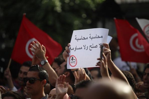 تونسيون يتظاهرون ضد الفساد في بلادهم (غيتي).jpg