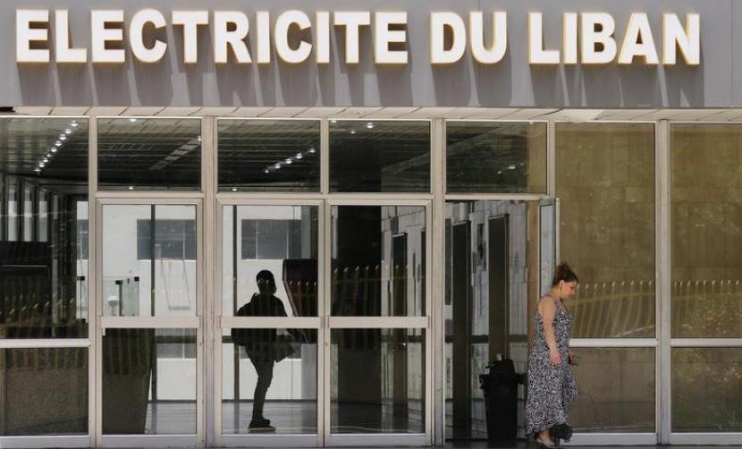 تضم مؤسسة كهرباء لبنان كادراً وظيفياً هائلاً في بلد تنقطع فيه الكهرباء أكثر من 12 ساعة في اليوم (رويترز).png