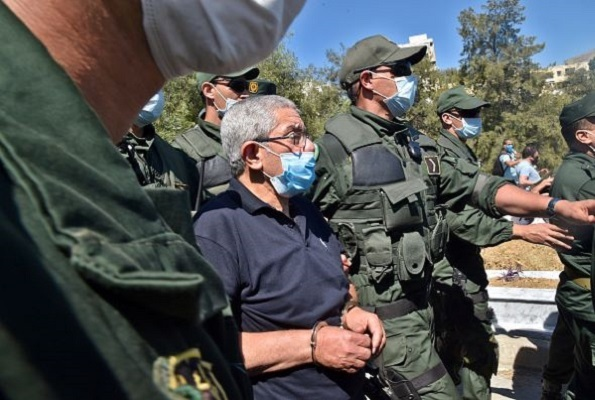 رئيس الحكومة الجزائرية الأسبق أحمد اويحيى والمحكوم بالسجن يشارك في ماتم أخيه يوليو 2020 (غيتي).jpg
