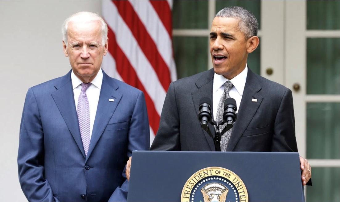 الرئيس السابق باراك أوباما والرئيس المنتخب جو بايدن في حديقة البيت الأبيض عام 2015 (رويترز).jpg