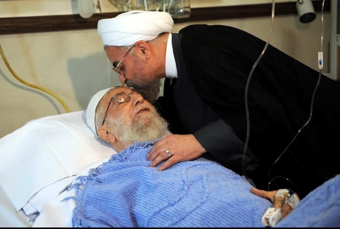الرئيس الإيراني حسن روحاني أثناء زيارته خامنئي في المستشفى.(EAP).jpg