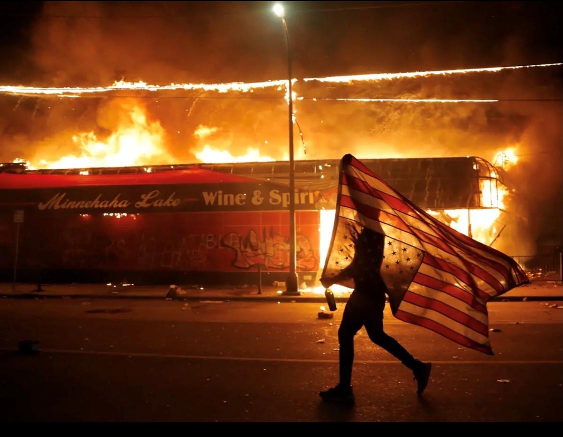 مقتل جورج فلويد يشعل احتجاجات واسعة في أنحاء الولايات المتحدة. (أ.ب).jpg
