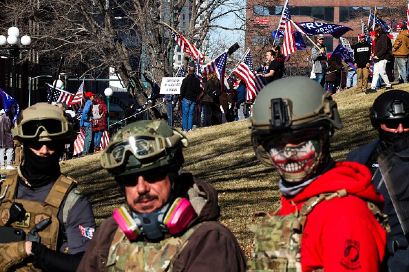 مناصرون للرئيس دونالد ترمب بالملابس العسكرية أمام مبنى الكونغرس (غيتي).jpg