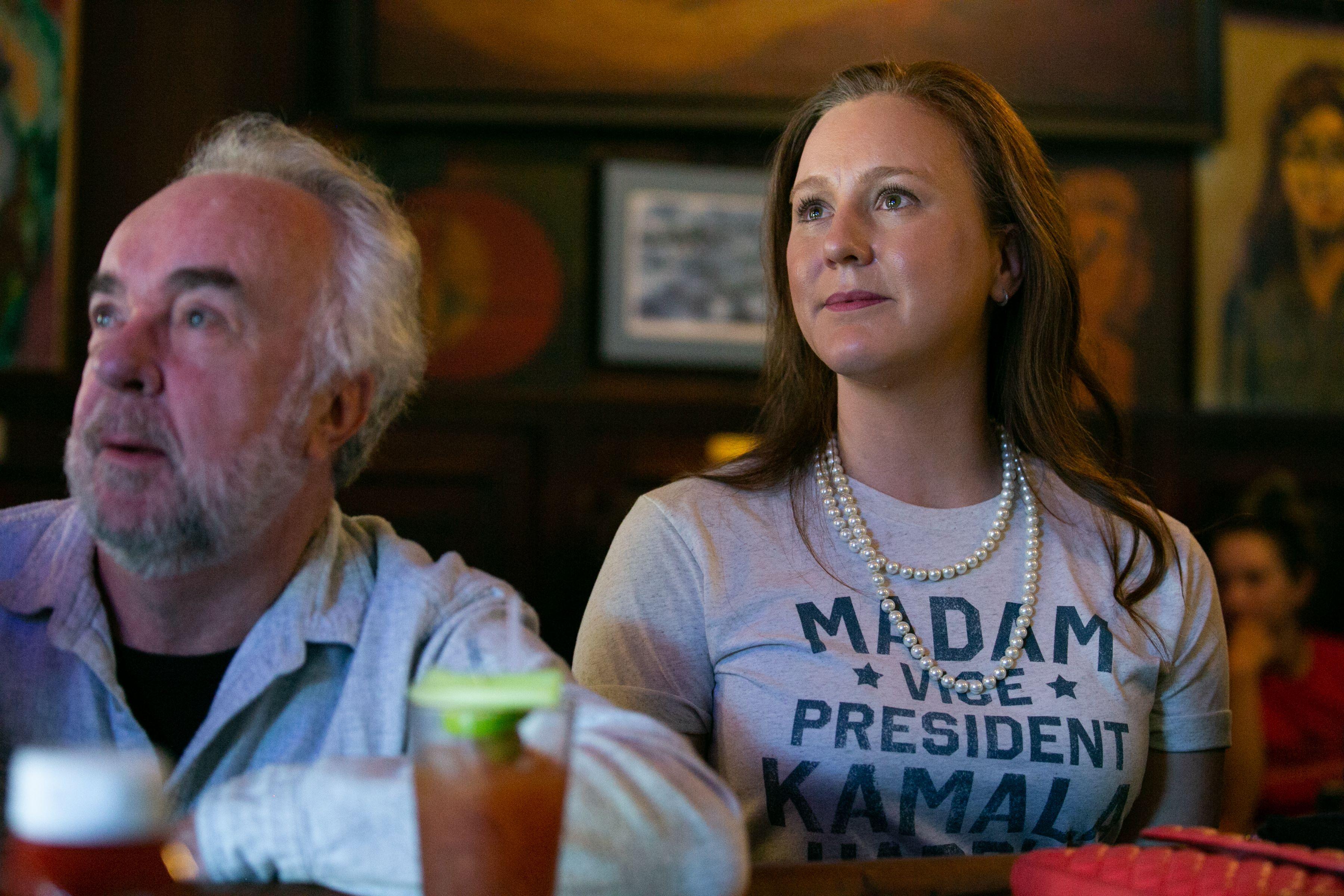أميركيات ارتدين اللؤلؤ للتعبير عن الدعم لوصول أول إمرأة نائبة للرئيس الأميركي جو بايدن (أ ف ب)