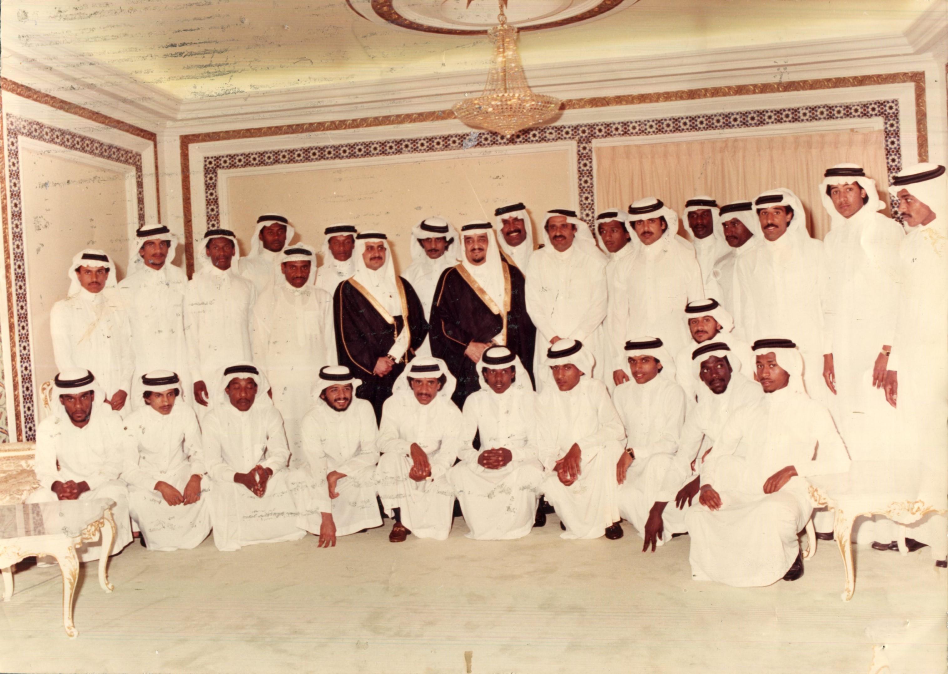 109297_الملك فهد بن عبد العزيز في لقطة تذكارية مع إداريي ولاعب المنتخب الوطني.jpg