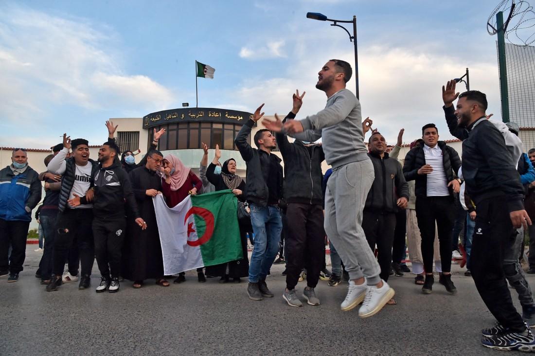 جزائريون يحتفلون بقرار العفو عن عدد من الناشطين في الحراك (أ ف ب)