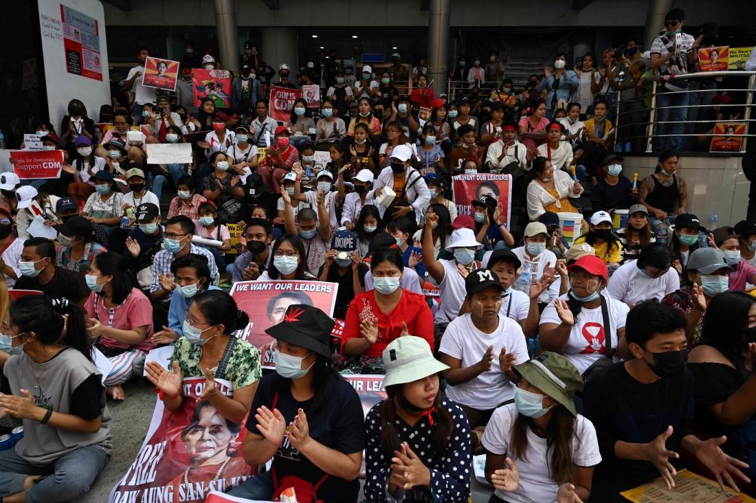 مناهضون للانقلاب العسكري في ميانمار (أ ف ب)