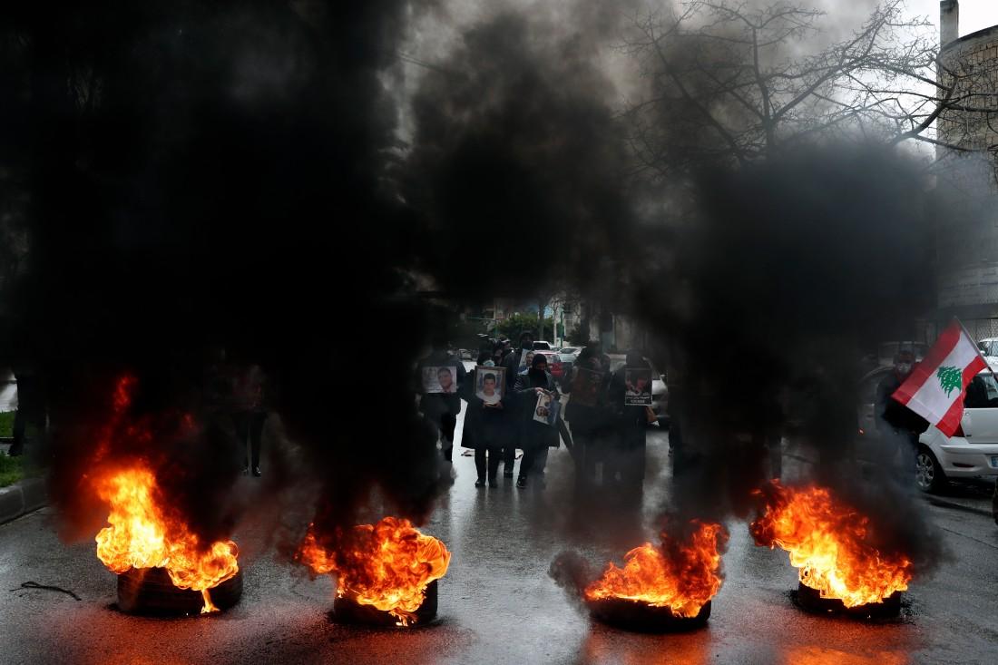 قطع طريق في بيروت احتجاجاً على قرار تنحية القاضي فادي صوان (أ ب)