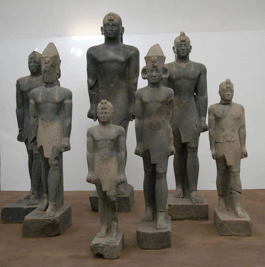 تهارقا يتوسط ملوك كوشيين(متحف كرمة( (هيئة الآثار).jpg