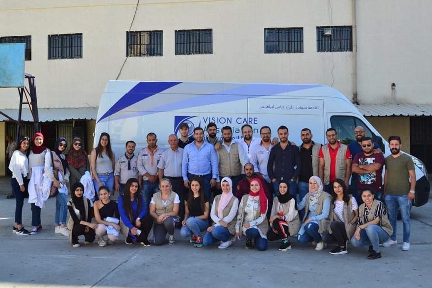 فريق من الشباب اطباء واختصاصيي بصريات ومتطوعين لتقديم الفحوصات اللازمة - اندبندنت عربية.jpg
