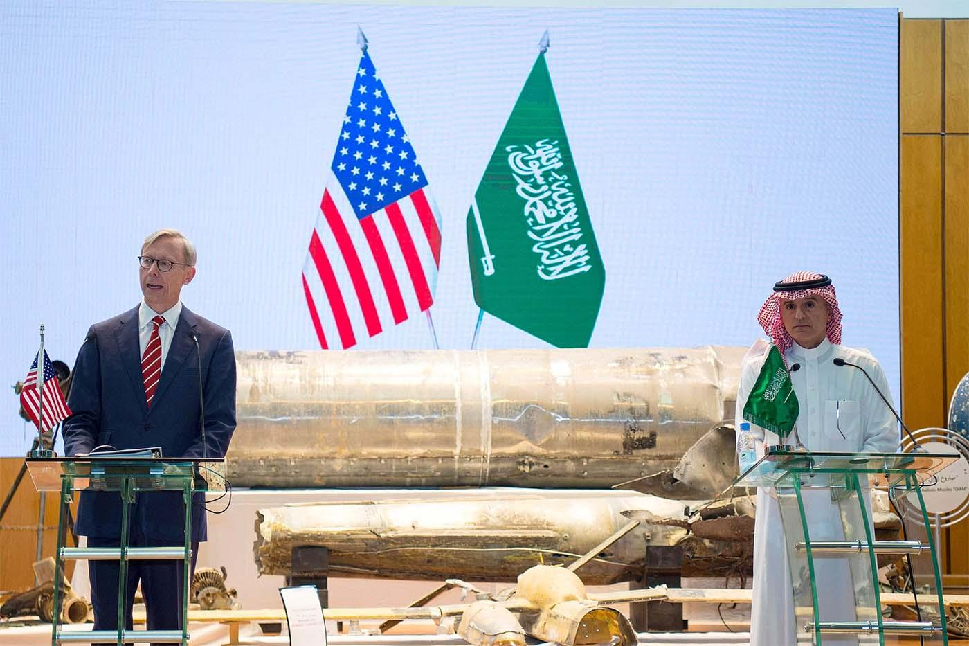 المبعوث الأميركي الأسبق لإيران براين هوك مع وزير الدولة السعودية في استعراض لصواريخ قالا أنها صناعة إيرانية (واس)