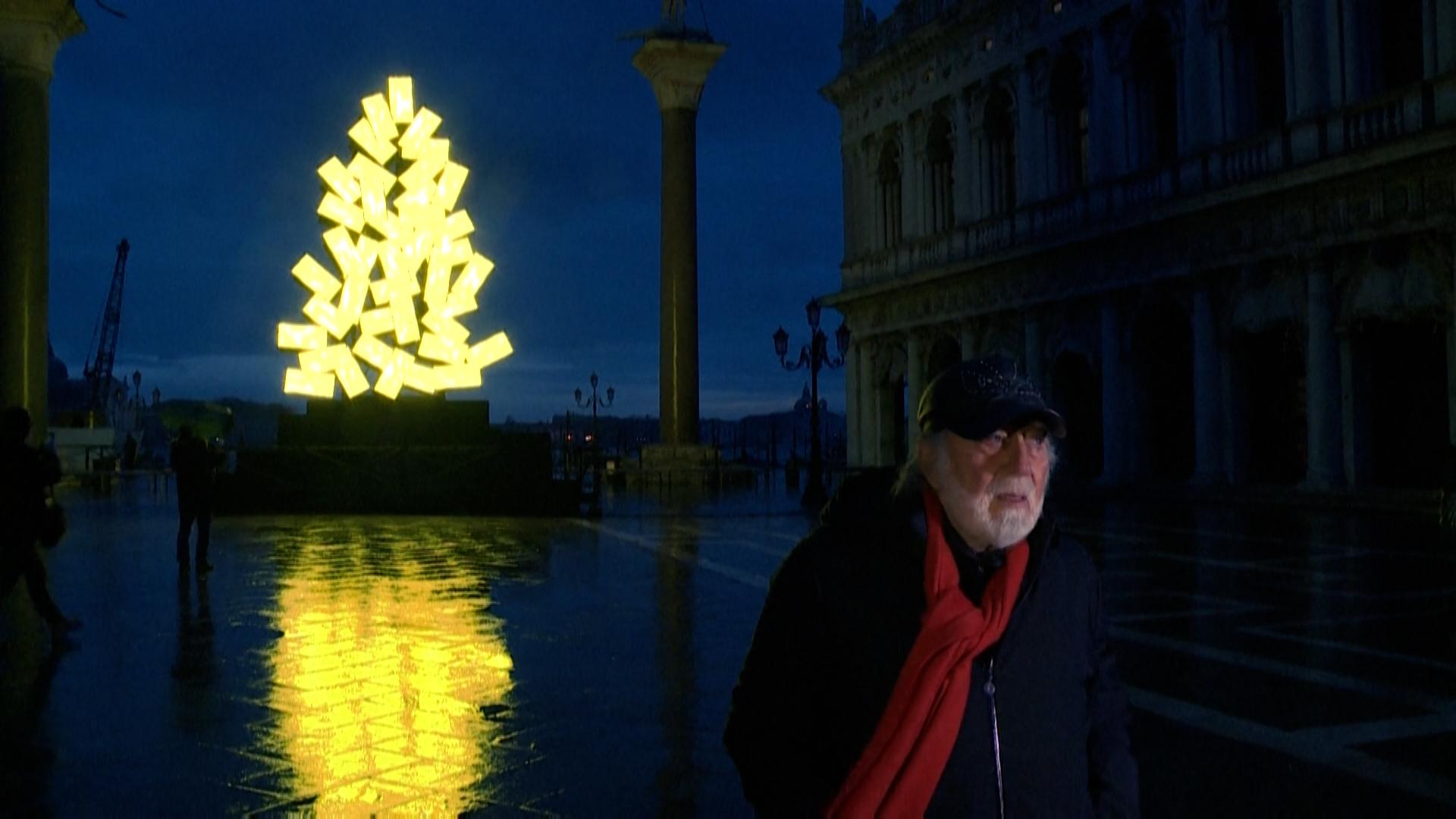"""شجرة عيد ميلاد رقمي في البندقية، أحد أعمال """"فنون الضوء"""" للفنان الإيطالي فابريزيو بليسي (أ ف ب)"""
