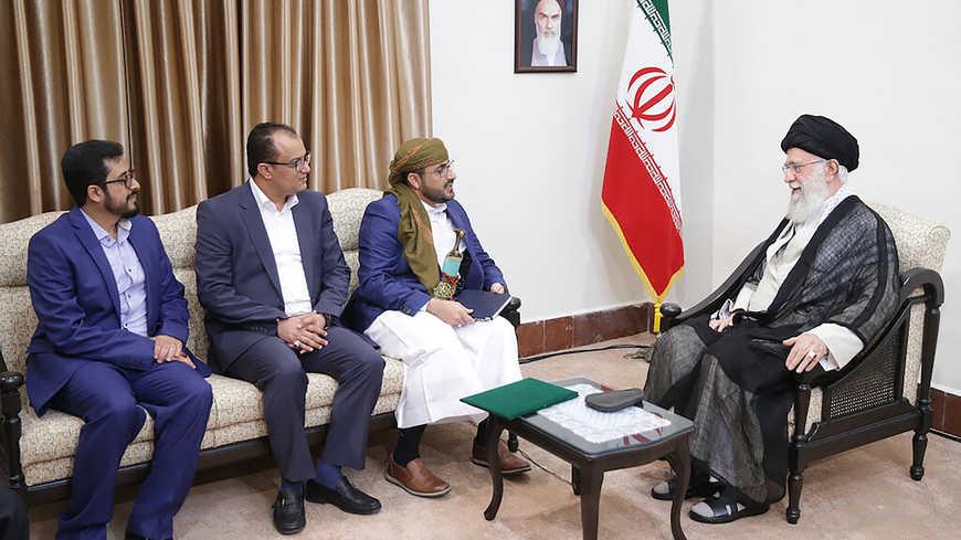 متحدث ميليشيات الحوثي محمد عبدالسلام مع المرشد الإيراني علي خامنئي (مكتب المرشد الإيراني)