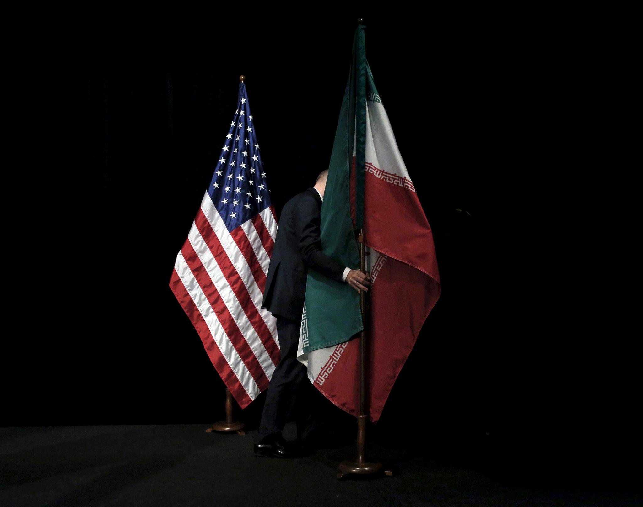 وقع الإيرانيين والأميركيين جولة مفاوضات طويلة قبل 5 أعوام افضلت إلى توقيع اتفاق انسحبه منه دونالد ترمب (رويترز)