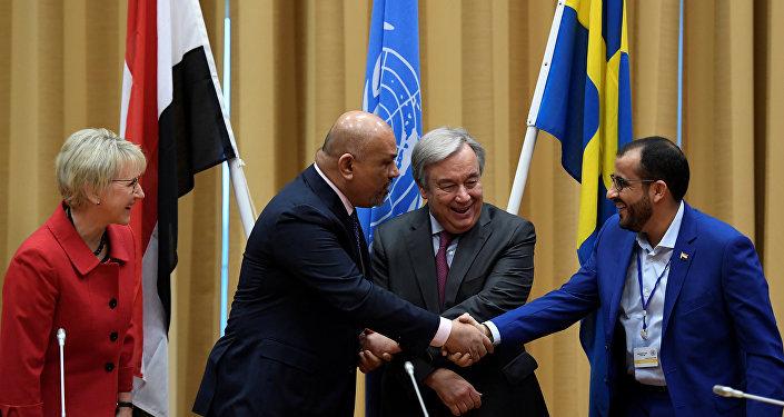 وزير الخارجية اليمني السابق خالد اليماني مع متحدث الحوثي محمد عبدالسلام أثناء محادثات ستوكهولم (رويترز)