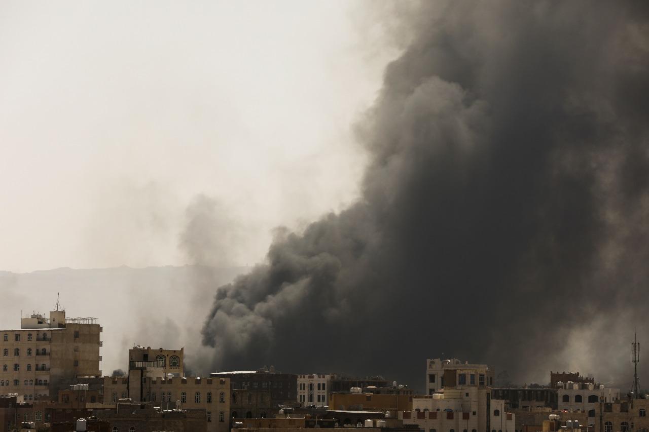 """التحالف يقول إنه شن """"غارات نوعية دقيقة"""" على مواقع للحوثي (رويترز)"""