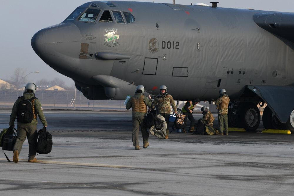 """قاذفة القنابل الأميركية """"بي-52"""" قبيل انطلاقها (القيادة المركزية الأميركية)"""