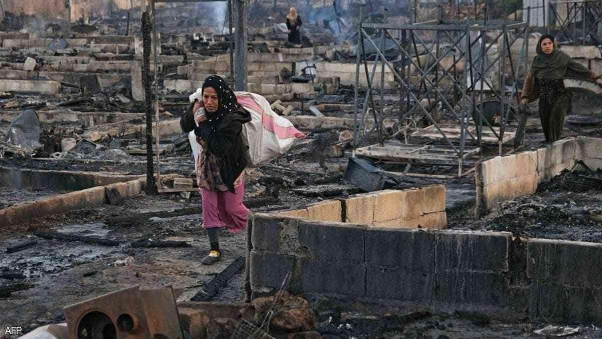 امرأة سورية إثر حريق في مخيم للنازحين في لبنان (أ ف ب)