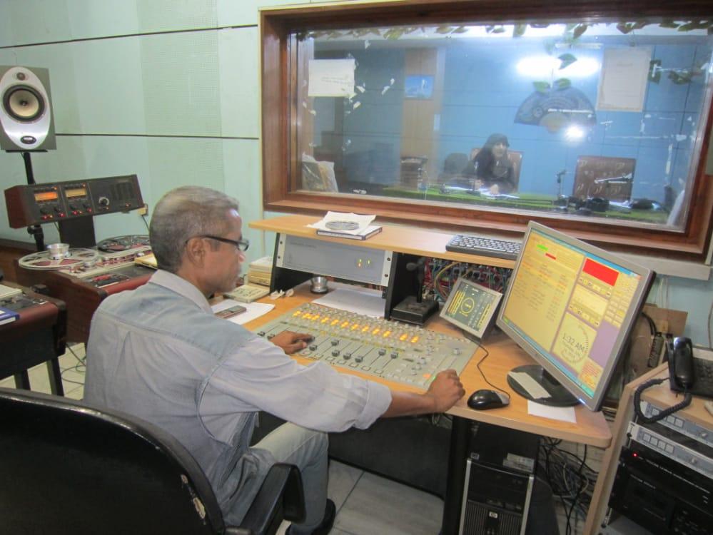 لقطة للأيام الأخيرة للعاملين في الإذاعة قبل توقفها (إذاعة عدن)