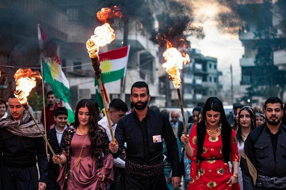 أكراد سوريون يحتفلون بعيد النوروز في مدينة القامشلي في محافظة الحسكة شمال شرقي سوريا في 20 مارس (أ ف ب).jpg