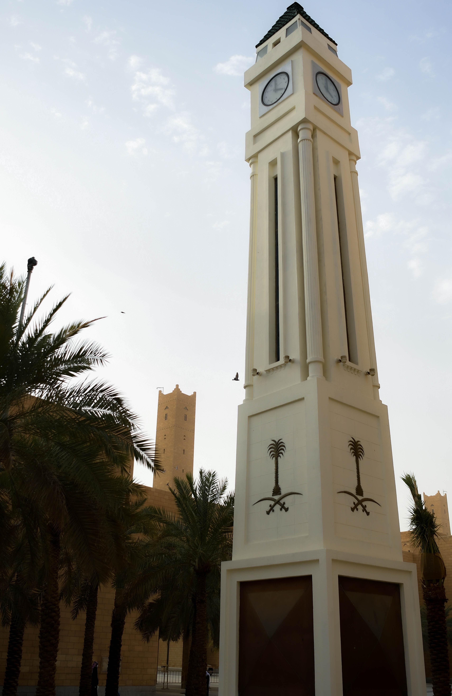 برج الساعة بجوار مئذنة جامع الإمام تركي بن عبدالله في الرياض (اندبندنت عربية - بشير صالح)