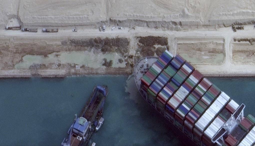 أنظار العالم تتوجه إلى قناة السويس بعد انسداد المجرى الملاحي  (أ ف ب).jpg