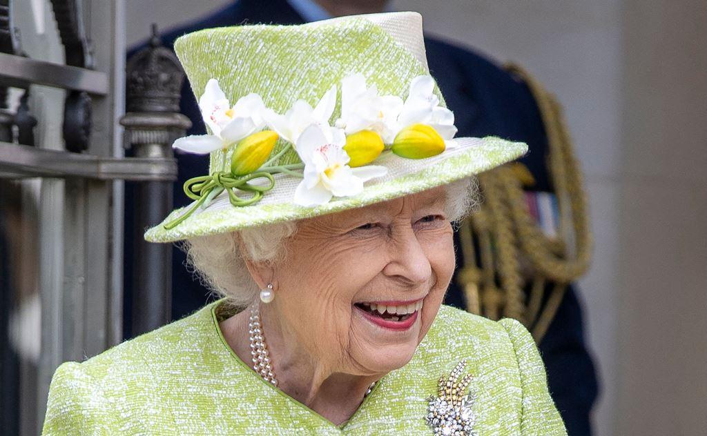 الملكة إليزابيث الثانية ظهرت بعد غياب طويل مرتدية