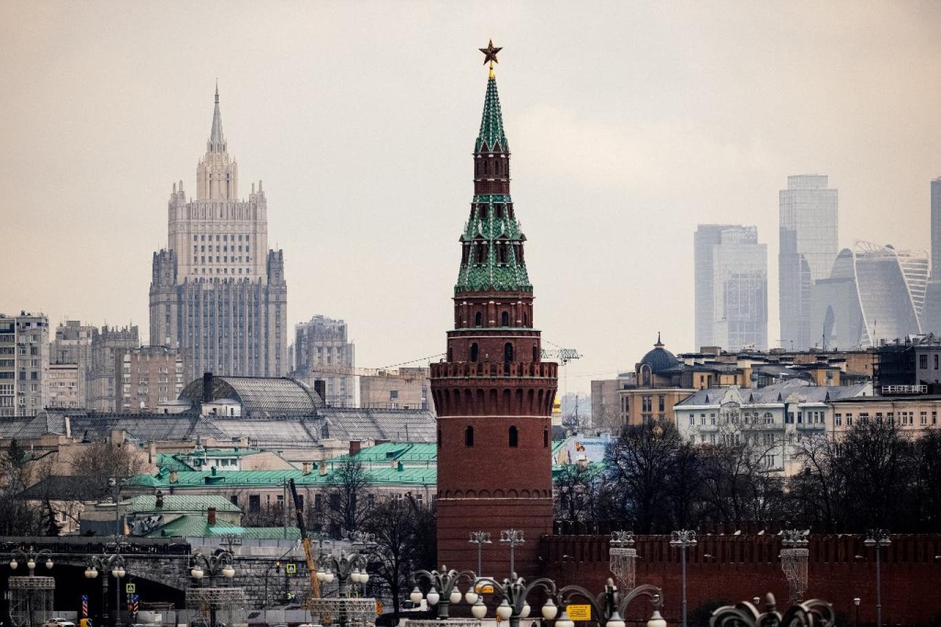 أحد أبراج الكرملين وعليه نجمة ياقوت أمام مقر وزارة الخارجية الروسية  (أ ف ب)  .jpg