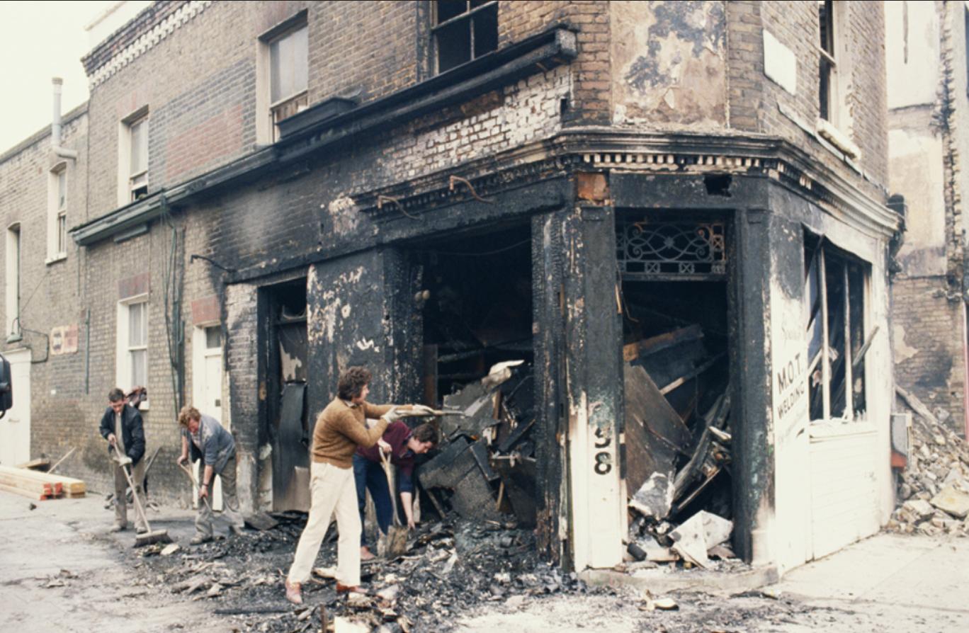 أصحاب متاجر ومحلات يلملمون حطام العنف الذي استهدفها قبل أربعين سنة
