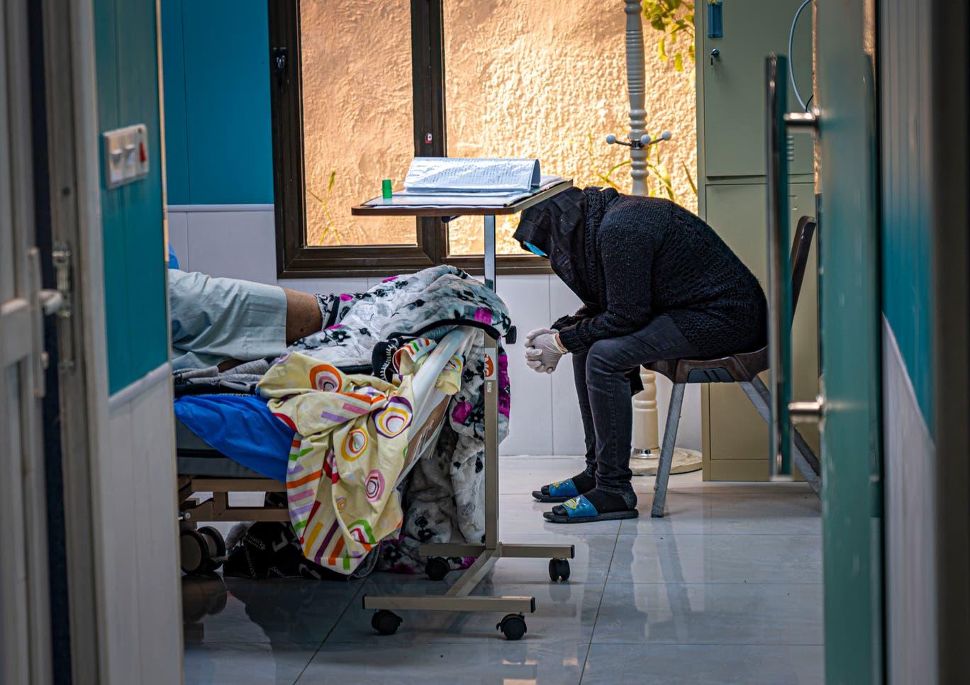 امرأة تنتظر بفارغ الصبر الأنباء في شأن زوجها المريض في حال حرجة (بيل ترو)