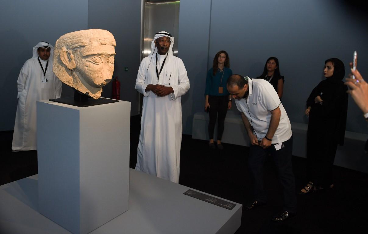بعض تماثيل مملكة دادان أثناء عرضها في متحف اللوفر في أبوظبي (وام)