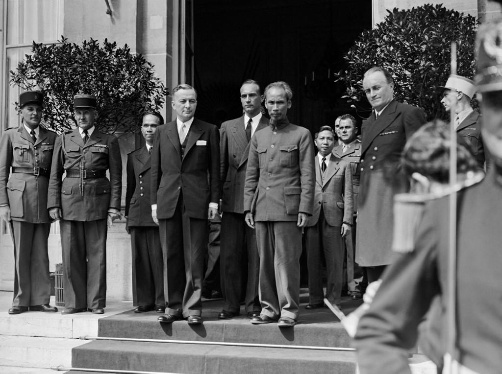 هو تشي منه بعد مباحثاته مع الفرنسيين فى العام 1946 (أ ف ب).jpg